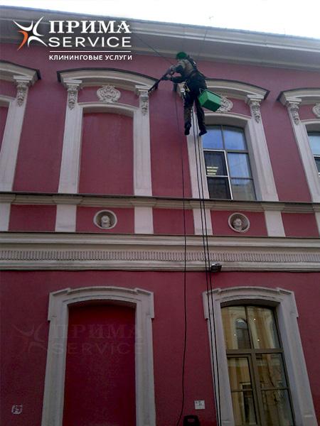 Мойка стекол фасада здания